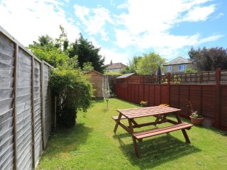 BOURNECOAST: PET FRIENDLY FIRST FLOOR APARTMENT WITH GARDEN - 2 BEDROOMS - FM667