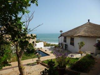 Propriété de 2 maisons avec piscine face à la mer à Popenguine
