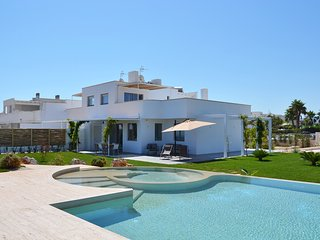 VILLA PONENTE WITH POOL, SEA-FRONT, Slp 10