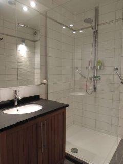 Salle de douche, toilette à part