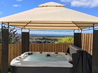 Braunton Bungalow Sea Views (hot tub included)