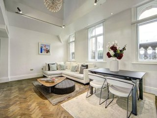 OXFORD ST PENTHOUSE! 3BED/2BATH*BALCONY*AC*LIFT