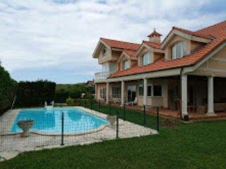 Chalet Individual,  piscina, frontón, sauna, jacuzzi y vistas al mar Cantábrico.