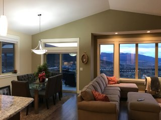Oh What A View Upper Suite! 3 bedrooms, 2 bath on Silver Star Mountain