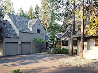 4th night FREE over Thanksgiving, Sunriver home with a private outdoor pool!!