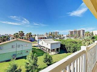 Modern & Stylish 3BR Condo w/ 3 Balconies & Pool – Walk 2 Minutes to Beach