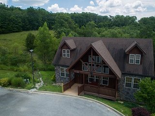 Exquisite 4 Bed/4 Bath Stonebridge Resort Cabin close to Silver Dollar City!