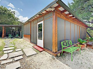 1BR Writing Barn on 8 Lush Acres in South Austin