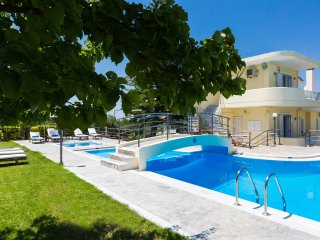 Villa Mary - Large Pool, Basketball & Soccer Field