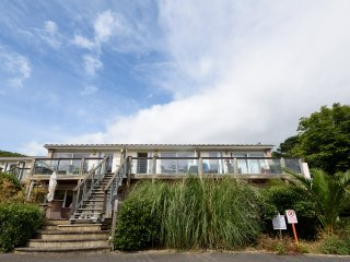 Bumblefish is an attractive modern apartment close to the beach in Downderry