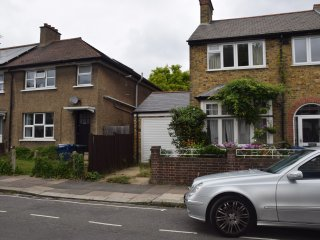 4 Bedroom house, 2 Bathrooms, garden, 10 min. tube, 20 min. city centre
