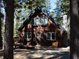 Charming Chalet W/Hot Tub, Fireplace