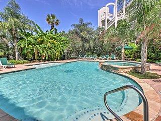 Galveston Condo w/Balcony & Pool - Walk to Beach!