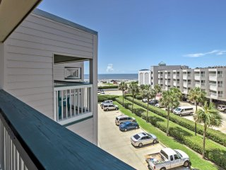 Bright Oceanview Galveston Condo w/Balcony & Pool