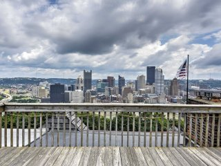 Pittsburgh Townhome w/Rooftop Deck & Skyline View!
