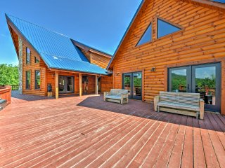 NEW! 6BR Blue Ridge Mountain Cabin in Wine Country w/Hot Tub!