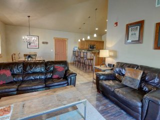 Affordable Get-Away! Convenient Location-Close to Skiing-Views-Clubhouse