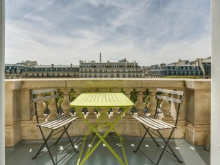 Apartment with balcony on the Champs-Elysées