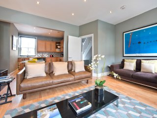 MODERN LUXURY FAMILLY THREE DOUBLE BEDROOM APARTMENT EDGE OF NOTTINGHILL