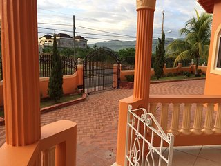 BEAUTIIFUL MOUNTAIN VIEW APARTMENT - EXCELLENT LOCATION, CLOSE TO EVERYTHING.