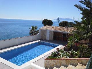 casa y piscina sobre el Mediterraneo