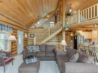 Secluded, dog-friendly cabin w/ great lake views - close to shops & restaurants