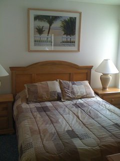 Queen Bed, all bedrooms have 32' TV's mounted on the wall !