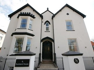 Central, modern 2 bed apartment in a Victorian House on Avenue Road