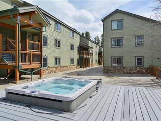 2 BR Condo w/Huge Loft; Hot Tub; 2 Blocks to Town