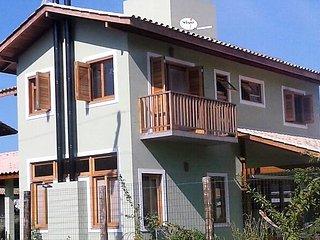 Linda casa nova de 3 dormitorios em condominio fechado perto da praia