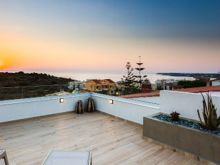 Villa Amelia/Free car rental with 9 seats, luxury, roof garden, gorgeous seaview
