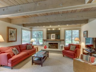 Comfy mountain condo w/ shared hot tub, pool & more, easy ski access!