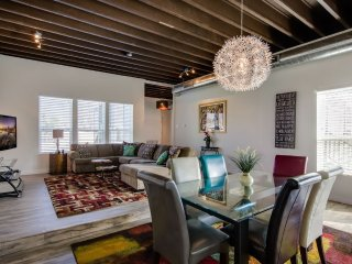 CASA URBANA: 4 MILES DOWNTOWN, NEW HOUSE, MASSIVE SPACES, 14 FT CEILINGS