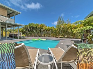 NEW! Romantic Keaau Studio w/ Patio & Pool!