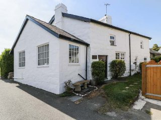 HAFAN CARTREF, double-fronted seaside cottage, woodburner, beach 3 mins walk
