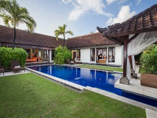 Tania, luxury 3 Bedroom Villa, Eat St,private electronic gated acccess, Seminyak