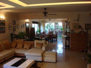 Luxury townhouse w private garden & Italian kitchen