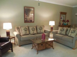 Freshly Remodeled Colonial Country Club, Ground Floor Unit, Free Wifi, 10 Tennis
