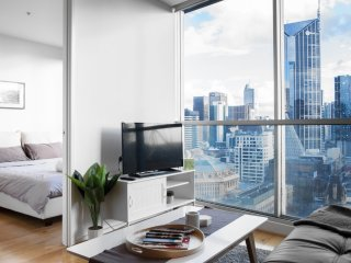 *Spectacular view* Center of CBD! Luxury living
