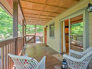 New! 'Fox Den' Cozy 1BR Whittier Cabin w/Hot Tub!