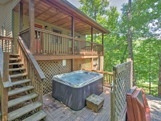 'Fox Den' Cozy & Rustic Whittier Cabin w/Hot Tub!