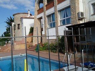 Son 2 casas privadas para 5 y 6 huespedes, la piscina compartida por ambas casas