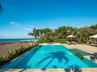 Villa Rumah Rindu-Luxury private beachfront villa, jacuzi, 12p, large pool