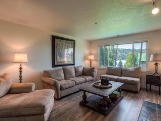 Lake Coeur d'Alene Hidden Gem - Fireplace, Indoor Pool, Sunny deck