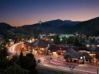 Honeymoon cabin perfect for 2 or small family.  Between Gatlinburg & Pigeon F.