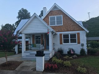 Tonya's Treasure 4br/2ba intown cottage Available for the Solar Eclipse!!