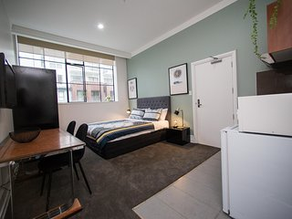 Winter Specials - Modern Inner City Apartment - Pool and Gym! Free Wifi