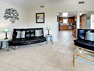 Super Cute Bungalow, Quiet, Close To Everything 1 BR-1 Bath - Sleeps 6 Pool
