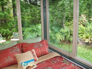 Family Friendly Private Jungle Cottage; Minutes to Waterfalls and Hiking!