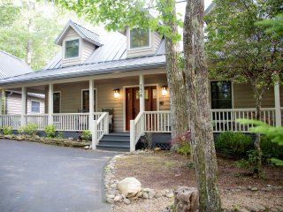 The Highlands Buck House, Newly Renovated Gorgeous w/ Private Pond Close to Town